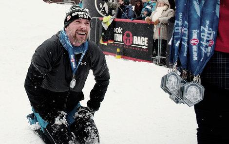 Naštěstí doběhl do cíle a získal tím medaili.