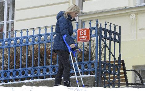 Paroubková jde o berlích do školy své dcery. Sníh jí evidentně nesvědčí.