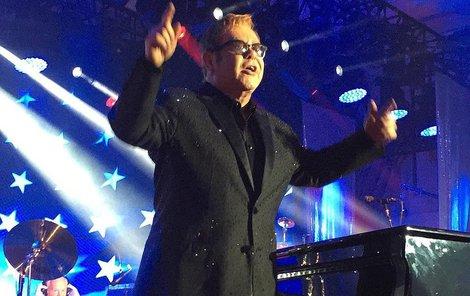 Elton John obvykle dává takové honoráře na boj proti AIDS.