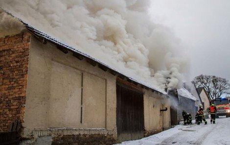 S ohněm a jeho následky hasiči bojovali půl druhé hodiny.
