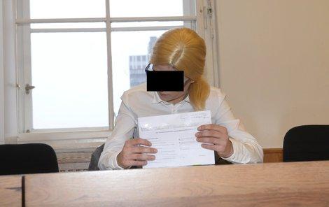 Včera dorazila maskovaná v blond paruce.