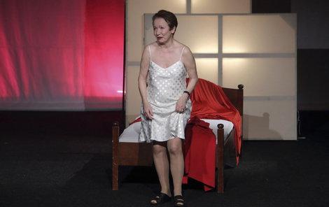 Maciuchová zahodila červený župan a svlékla se do košilky.