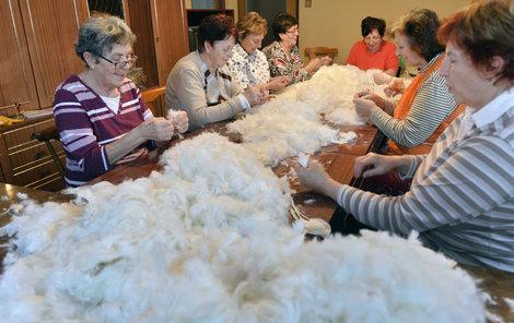 Kamarádky z Běšin se pravidelně scházejí při draní peří.