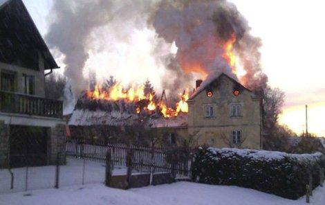 Kouř z požáru byl vidět po celé vesnici.