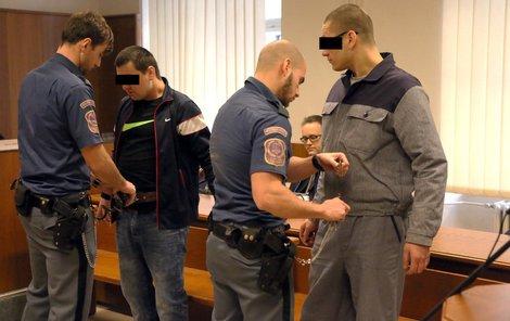 Obžalovaní Vít P. (vlevo) a Jiří P. u soudu odmítli vypovídat.