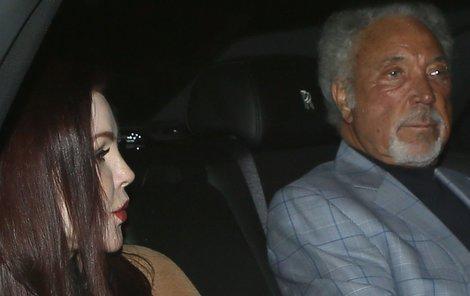 Zamilovaný pár na cestě do restaurace.