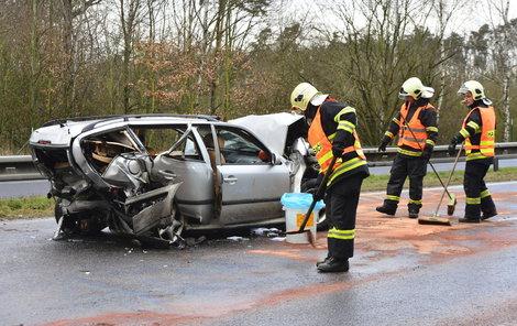 Srážka dvou vozů dopadla tragicky, kufr oktávky kombi prakticky zmizel.