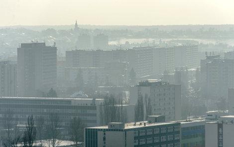 Hradec Králové - Pohled z Bílé věže na město, vzduch je plný prachu.