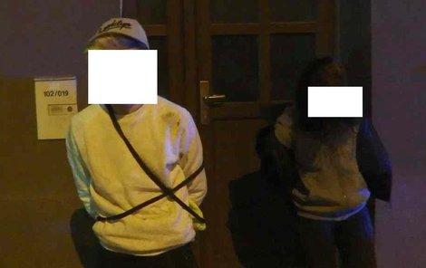Tito dva mladiství utíkali před strážníky. Teď budou mít, co vysvětlovat státním policistům.