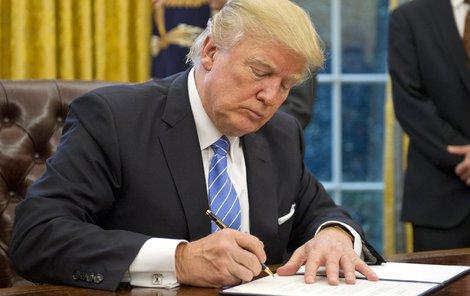 Pěkně postaru, ručně – tak Trump píše nejraději.