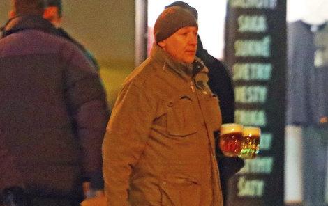 Místo džbánu si herec nesl pivo ve dvou sklenicích.