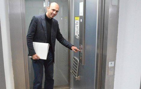 Milan Krčmář ukazuje, že jde na první pohled o běžný výtah.