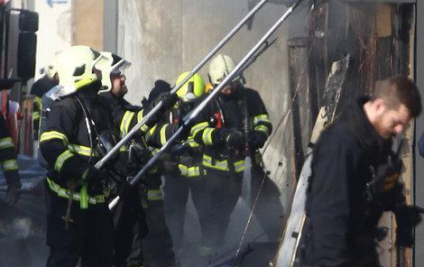 Hasiči hledali skrytá ohniska požáru.