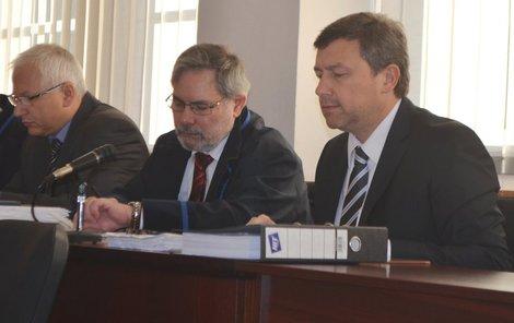 Josef Macík (druhý zvleva) a Vít Mandík (vpravo) vinu odmítli.