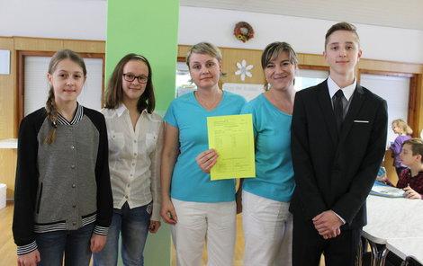Daniela Šimková, Anna Schovajsová a Jakub Hoffmann předali kuchařkám vysvědčení  ...ze všech předmětů mají za jedna.