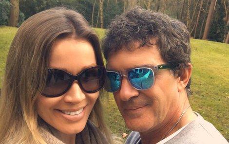 Snímek, kterým doprovodil svou uklidňující zprávu.  Banderas si na britském venkově užívá s přítelkyní Nicole.