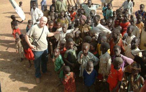 Jašek se často pohyboval mezi dětmi nejchudších Súdánců.