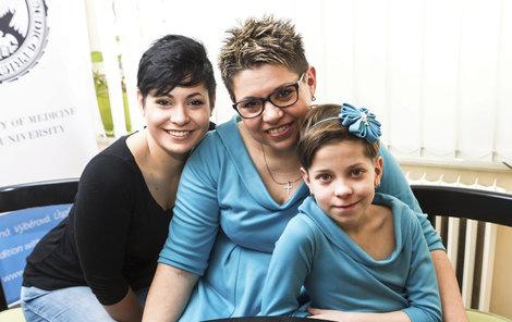 Věra Šimůnková se svými dcerami Kristýnou (25) a Carolinou (8).