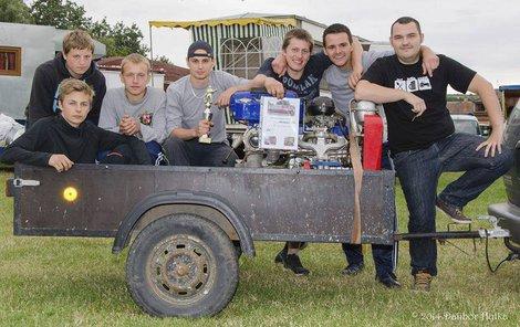 Jan Vermeš (zcela vpravo) ze Sboru dobrovolných hasičů v Drnholci přispěl svou rozhodností k záchraně lidského života.