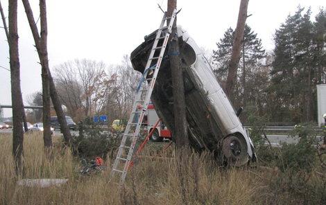 Po nehodě zůstalo auto zaklíněné mezi dvěma stromy.