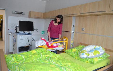 """""""Jsme na pokoji spolu s Adélkou první týden a je to úžasné,"""" pochvaluje si maminka Kateřina Pekárková."""