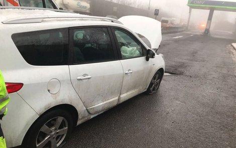 Auta měla většinou proražená obě kola.