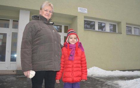 Babička Vlasta Mazurová si hlídá vnučku Barborku jako oko v hlavě.