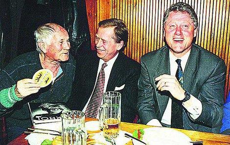 Bohumil Hrabal měl šarm a byl v kondici, evidentně pobavil oba prezidenty.