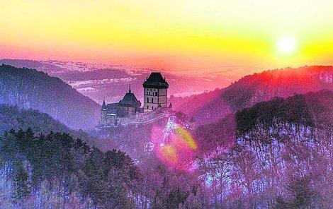 Slunce nad Karlštejnem značí obrat k teplejšímu počasí.
