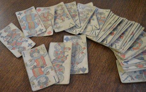 Ručně malované hrací karty ze 17. století jsou v depozitáři Muzea Vysočiny.