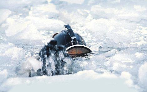 Potápění pod ledem není jednoduché.