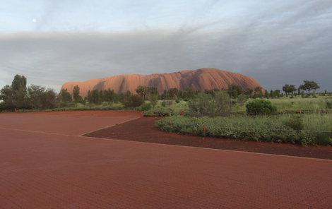 Monolit Uluru při východu slunce.