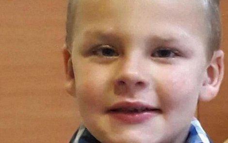 Malý Yanis svůj trest nezvládl. Nepomohl mu už ani přivolaný lékař.