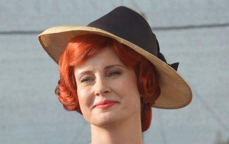 Retro jí sluší. Tenhle kostým herečka nosí v muzikálu Bonnie & Clyde.