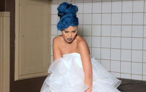 Moderátorce slušel i velmi extravagantní účes z modrých vlasů.