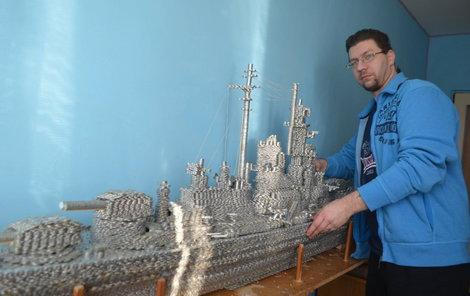 Modelář Marek Šátka sestavoval loď 14 měsíců.