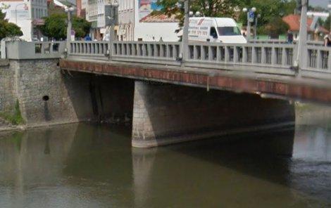 Muž se vrhl do řeky z mostu v centru Břeclavi. Místo do vody dopadl na kameny u břehu.