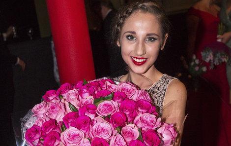 Po premiéře byla mladá zpěvačka zasypaná kytkami.