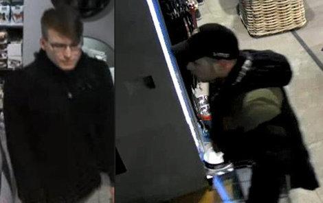 Zloděj vlevo kasičku ukradl. Kumpán prodavačku rozptýlil!