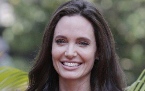 Jolie odložila snubní prsten.