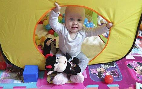 Malá bojovnice Nikolka oslaví začátkem března první narozeniny.