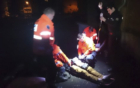 Mladík byl ošetřen s použitím krčního límce a uložen do vakuové matrace.