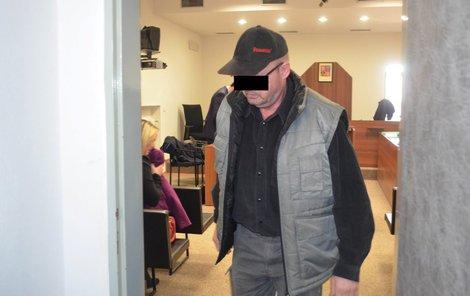 Mirečkův otec po dlouhém výslechu v soudní síni, při němž neudržel slzy.