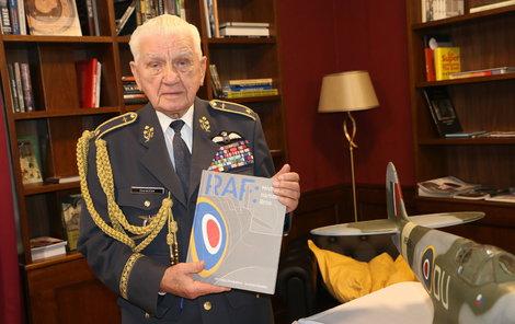 Generál Emil Boček s knihou: RAF: Místo narození Brno, kterou vydal Archiv města Brna.