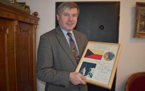 Tak to je ona. Ředitel Prácheňského muzea Jiří Prášek ukazuje československou vlaječku, kterou si vzal americký astronaut na Měsíc.