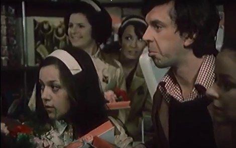 1977 - Žena za pultem! Prodavačky v seriálu dostaly rudé karafiáty a bonboniéry. Stěžovaly si, že jinde dávají i punčocháče.