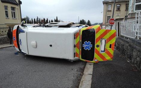 Tři zraněné z místa nehody odvezly další sanitky.