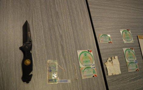 Ukradené dálniční známky a nůž, kterým je chmaták sundával z čelních skel automobilů.