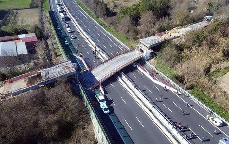 Na dálnici se zřítil most!