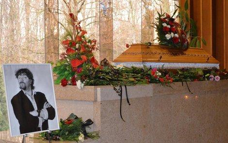 Navrátil na přítomné ve zlínském krematoriu mrkal z velké fotografie.